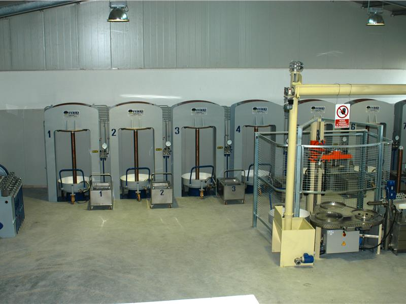 Traditional installation with 7 presses MACCHINE OLEARIE FERRI srl